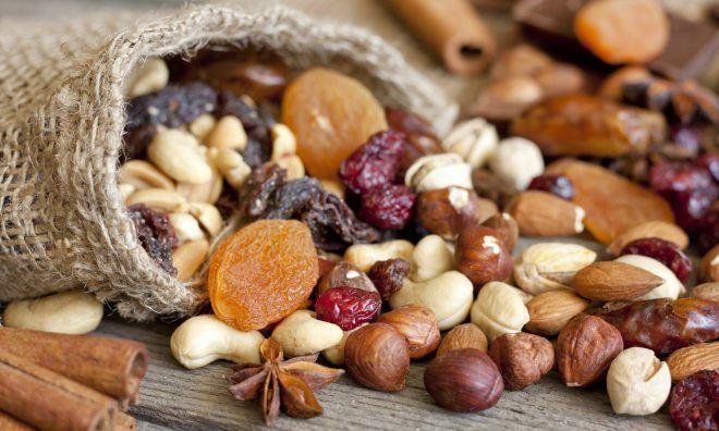 Орехи и сушеный виноград